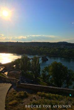 Brücke von Avignon: Avignon gehört zu den 5 größten Städten in der Provence und ist vor allem durch seine Sehenswürdigkeiten wie den Papstpalast, die gut erhaltenen Stadtmauern, den Festivals und natürlich der weltbekannten Brücke von Avignon bekannt.  Avignon hat eine sehr schöne Altstadt mit mittelalterlichen Gassen und Renaissance-Villen, vielen kleinen Plätzen, Cafés und natürlich exzellenten Restaurants.