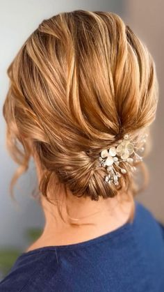 A simple, textured low-bun tutorial video on short hair. This loose updo is beautiful for contemporary brides, especially when finished off with simple bridal hair pins or accessories like these ones. Low Bun Wedding Hair, Wedding Hair And Makeup, Short Hair For Weddings, Medium Hair Styles, Short Hair Styles, Wedding Hairstyles Tutorial, Hairstyle Wedding, Wedding Hair Tutorials, Short Hair Updo Tutorial