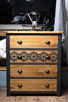 Antiquechic – recycling and reinventing furniture - DIY Furniture Couch Ideen Old Furniture, Refurbished Furniture, Repurposed Furniture, Furniture Projects, Painted Furniture, Furniture Stencil, Furniture Stores, Origami Furniture, Bedroom Furniture