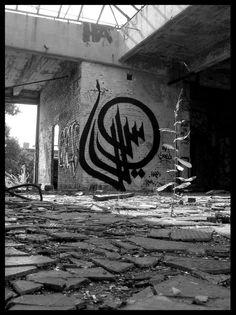 el Seed, urban jungle // logo in zwart tape op de muur