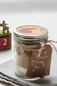 label for gifting - page to be translaed (label is in English also) - Mix pour Crumble aux Pommes Express {Cadeaux Gourmands} - Cuisine Addict - Food & Travel Diy Food Gifts, Gifts For Cooks, Gourmet Gifts, Edible Gifts, Jar Gifts, Homemade Gifts, Mason Jar Meals, Meals In A Jar, Sos Recipe