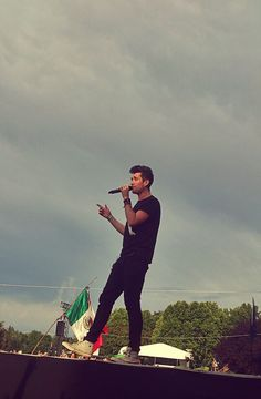 Dan with Mexico's flag behind. :')