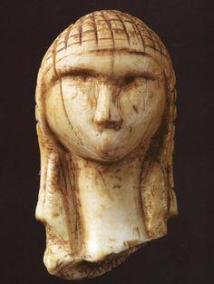 Venere di Brassempouy; 26.000-24.000 anni fa, Paleolitico superiore medio Gravettiano; avorio scolpito a tutto tondo; Brassempouy, nel dipartimento delle Landes, nella Francia sud-occidentale; Musée d'Archéologie Nationale, Saint-Germain-en-Laye, vicino Parigi.