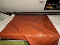 Ich mache mein Bett eine rote Betttuch einlegen für am Abends! Aber ich fühle schöne weiche Gummifolie! Leather Bed, Pvc Vinyl, Latex, Inspiration, Aprons, Om, Avengers, Bedding, Fishing