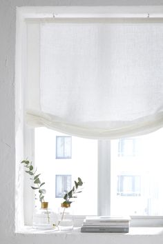 Hissgardin Pembroke i lin Window Sill Decor, Faux Roman Shades, Cottage Windows, Curtains With Blinds, Cozy Bedroom, Small Apartments, Interior Design Inspiration, Window Treatments, Sweet Home
