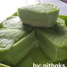 Image may contain: food Indonesian Desserts, Asian Desserts, Indonesian Food, Cake Recipes, Snack Recipes, Cooking Recipes, Malaysian Dessert, Pandan Cake, Resep Cake