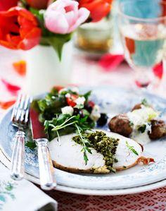 Urtefarseret kalkun, kun af kalkunbryst, er lækker gæstemad. Server den med dejligt tilbehør.
