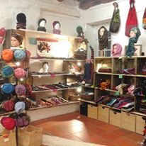 Mademoiselle Filao Voici le coin de Pascale avec ses accessoires colorés, collection été hiver, hommes, femmes, enfants  Chapeaux, bandeaux, cols écharpes, sacs, mitaines, cagoules...
