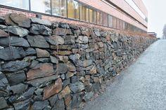 Viinijärven Kiven luonnonpintainen muurikivi Joensuun yliopiston Aurora-rakennuksessa http://viinijarvenkivi.fi/PublishedService?pageID=9&itemcode=1060001