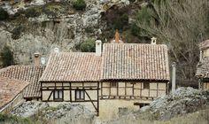 Los 5 pueblos más antiguos de España, para una escapada única. Villa, Cabin, House Styles, Home, Old Bridges, Rammed Earth, Vernacular Architecture, Medieval Town, Cabins