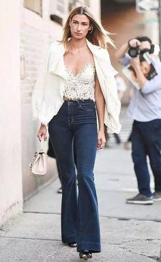 Street style look com top cropped e calça jeans.
