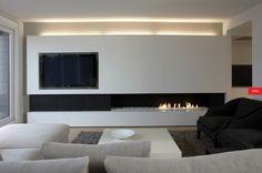 me gusta la chimenea integrada y que ocupe toda la pared, pero no me gusta el contraste con el negro