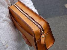 Best Leather Wallets For Women 2019 Best Leather Wallet, Leather Wallet Pattern, Leather Gifts, Men Clutch Bag, Leather Clutch Bags, Leather Handbags, Leather Pencil Case, Leather Workshop, Diy Tote Bag