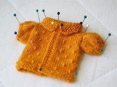 retro cardigan for Blythe designed by Ravelry user keyinherpocket #knitting #vintage #blythe #tiny