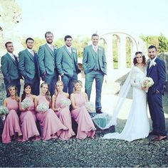 How fabulous is this photo of our Bride Elaine with her groom and their wedding party 👰👰👰 love seeing our brides photos