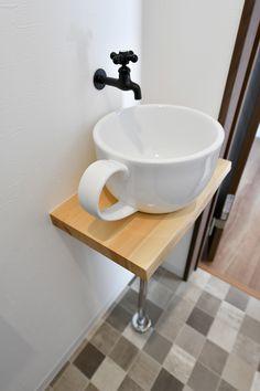 ティーカップ型の可愛いボウルをお客様が購入され、それをもとに大工さんがトイレの手洗器を作りました。 可愛らしいテーマパークにでもありそうな、手洗器です。 #水栓 #トイレ #テーカップ #toilet #lavatory #restroom #washroom Toilet Sink, Small Toilet, Interior, House, Space, Home Decor, Small Shower Room, Floor Space, Decoration Home