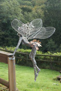 65 Best Ideas For Diy Art Sculpture Chicken Wire Robin Wight, Yard Art, Sculptures Sur Fil, Garden Sculptures, Chicken Wire Art, Fantasy Wire, Wire Art Sculpture, Abstract Sculpture, Chicken Wire Sculpture Diy