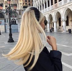 Buttery Blonde Hair Color hair trends 9 Best Fall Hair Trends That Will Inspire Your Next Look Blonde Hair Shades, Blonde Hair Looks, Brown Blonde Hair, Butter Blonde Hair, Girls With Blonde Hair, Blonde Hair Outfits, Thin Blonde Hair, Ashy Hair, Blonde Honey