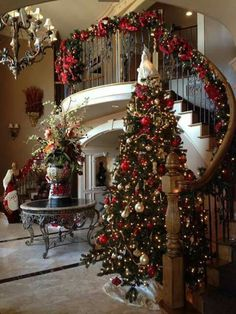 Below are the Christmas Entryway Decoration Ideas. This post about Christmas Entryway Decoration Ideas was posted under the Exterior Design … Christmas Entryway, Noel Christmas, Christmas Crafts, Red And Gold Christmas Tree, Staircase Decoration, Christmas Movies, Stairway Christmas Decorating, Christmas 2019, Beautiful Christmas Trees