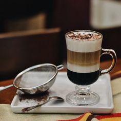 O café Mocha é resultado da combinação de espresso, leite, crema de leite e calda de chocolate que, além de lindo, tem um sabor indescritível! Perfeito para esta sexta-feira pré-carnaval, não é mesmo?! 😍😍☕️  #CiaMineiradeChocolates