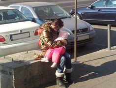 De ce copiii ținuți în brațe de cerșetori dorm mereu?   TheBluArt