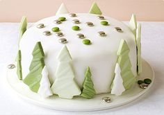 How to decorate a Christmas cake: Shimmering forest cake Christmas Cake Designs, Christmas Tree Cake, Christmas Cake Decorations, Best Christmas Cookies, Christmas Desserts, Christmas Treats, Christmas Baking, Green Christmas, Xmas Tree