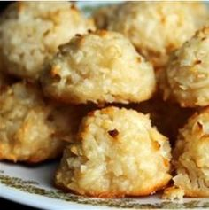 Coconut Macaroons III Recipe Desserts with all-purpose flour, flaked coconut, salt, sweetened condensed milk, vanilla extract Holiday Recipes, Great Recipes, Favorite Recipes, Brownie Cookies, Cookie Recipes, Dessert Recipes, Macaroon Recipes, Coconut Macaroons, Macarons