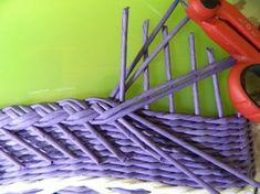 Главная страница друга Recycle Newspaper, Newspaper Basket, Newspaper Crafts, Rope Basket, Basket Weaving, Origami Box Tutorial, Paper Weaving, Weaving Techniques, Diy Craft Projects