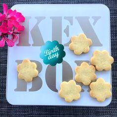KEX BOX mit handgemachten Butterkeksen Box Birthday, Gingerbread Cookies, Desserts, Food, Gourmet, Biscuits, Kids, Gingerbread Cupcakes, Tailgate Desserts