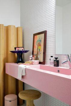 Keramiikkataiturin rivarikoti on leikkisä ja täynnä herkullisia yksityiskohtia - Deko Bathroom Lighting, Bathtub, Mirror, Furniture, Home Decor, Deco, Bathroom Light Fittings, Standing Bath, Bathroom Vanity Lighting