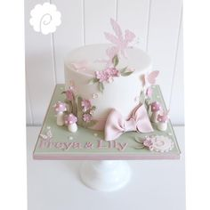 "570 curtidas, 28 comentários - Dominique Pickering (@poppypickeringcakes) no Instagram: ""A cute little fairy garden themed birthday cake....#poppypickeringcakes #birthday #fairy #glitter…"""