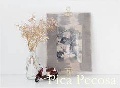 Marco para fotos hecho con una tabla pintada con chalk paint, una hoja de acetato y pinzas metalicas / Picture frame made with a painted table with chalk paint, a sheet of acetate and metal clamps