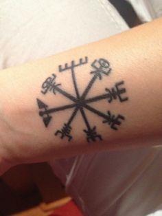 """mariku87  #casttattoo  In redazione stanno arrivando tantissime foto di tatuaggi con storie bellissime.  Grazie a tutti e continuate così!  Ecco il tatuaggio di """"mariku87"""".  """" Bussola Vichinga. Indica la via per trovare sempre la strada di casa, la giusta strada . È un simbolo che ha una natura magica. I marinai vichinghi usavano le pietre del sole per trovare la giusta rotta. Io,allo stesso modo, voglio trovare la mia strada """"  http://tattoo.codcast.it/"""