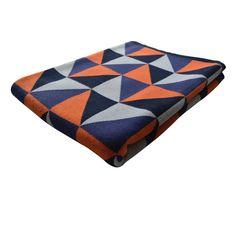 Plaid en coton Modig - Probablement l'accessoire textile phare de l'hiver, le plaid 100% coton fait son come-back à travers une esthétique pop et graphique ! Recouvert d'un all-over de formes géométriques, ce plaid au confort tactile évident mise sur des coloris qui réchauffent votre intérieur ! Fonctionnels et visuellement efficaces, ces plaids au design intemporel s'imposent avec style sur tous vos fauteuils, lits et canapés pour ne plus jamais vous quitter…
