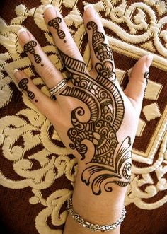 A really nice, simple henna pattern.  Less can be more! :o)