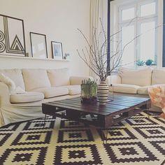 #DIY #Palett #Table #Pinlegs #palettentisch  Einfacher geht es eigentlich nicht: Palette suchen, schöne Beine bestellen (bei einem Tisch geht das ja zum Glück ;)) und fertig ist der perfekte Couchtisch! Ich bin jedenfalls nach wie vor begeistert von diesem individuellen Element. Go for it!