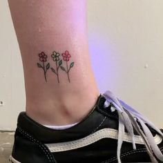 Flowers with a glow in the dark tattoo by Tukoi Oya – foot tattoos for women quotes Uv Tattoo, Neon Tattoo, Dark Tattoo, Tattoo Set, Foot Tattoos For Women, Small Wrist Tattoos, Cute Small Tattoos, Cute Tattoos, Mini Tattoos