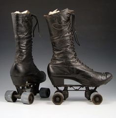 Victorian Roller Skates - Steampunk Roller Derby anyone? Retro Mode, Mode Vintage, Vintage Shoes, Vintage Outfits, Victorian Shoes, Victorian Era, Victorian Fashion, Vintage Fashion, Roller Derby