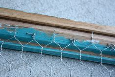 Image and video hosting by TinyPic Chicken Wire Crafts, Chicken Wire Frame, Scrap Metal Art, Primitive Crafts, Recycled Crafts, Diy Crafts, Diy Frame, Wire Art, Jewelry Organization
