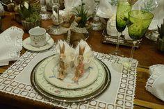 Como decorar a mesa para o almoço de Páscoa com a família, usando ovos envoltos em cortes de juta e guardanapos de algodão bordados, além de muitos coelhos.
