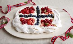 Get ready for Christmas with these cooking tips and hints for making the best Christmas pavlova! Make your own or check out our pavlova recipes. Patriotic Desserts, 4th Of July Desserts, Just Desserts, Dessert Recipes, Cold Desserts, Cupcakes, Cupcake Cakes, Christmas Pavlova, Blue Velvet Cakes