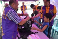 Manila Divisoria Lions Club (Philippines) | Lions distributed food, vitamins and school supplies to disadvantaged children.