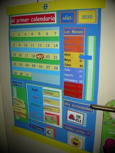 Blog sobre manualidades y artesanías Spanish Classroom Decor, Bilingual Classroom, Classroom Themes, Preschool Calendar, Classroom Calendar, Calendar Board, Kids Calendar, English Primary School, Math Meeting