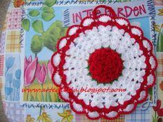 Le Fragole di Stoffa: presine in fiore all'uncinetto con spiegazione. schema Diy Crochet, Crochet Hats, Crochet Potholders, Mug Rugs, Hot Pads, Plastic Canvas, Doilies, Decorative Items, Christmas Time