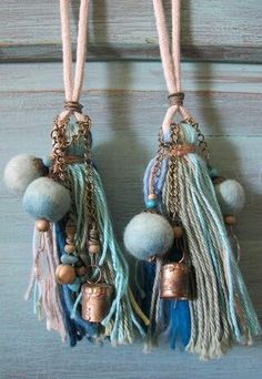 Tassles with bells yes! Diy Tassel, Tassel Jewelry, Fabric Jewelry, Tassels, Jewelery, Creative Crafts, Diy And Crafts, Arts And Crafts, Wooden Beads