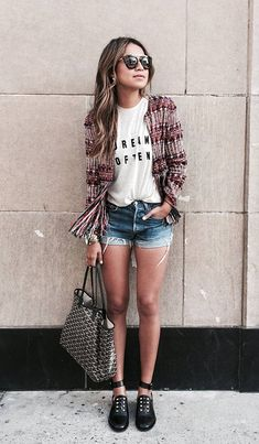 Street style look tshirts, shorts jeans e casaco.