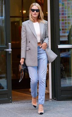 Rosie Huntington-Whiteley from The Big Picture: Today's Hot Photos Tailored chic! The model rocks a blazer and crop top with jeans and pointed toe heels as she heads out in NYC. 90s Fashion, Autumn Fashion, Fashion Outfits, Style Fashion, Crop Top With Jeans, Look Office, Look Blazer, Outfit Look, Looks Street Style