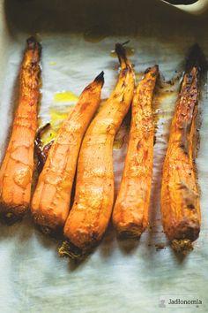 Pastę z marchewki można zrobić na milion sposobów - najczęściej wystarczy wrzucić ją do osolonej wody i ugotować, a potem zmiksować z czym kto lubi. Zawsze zajmuje to kilka minut i nie trzeba za bardzo przejmować się listą dodatków, bo [...]