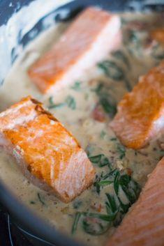Une recette de filets de saumon à la crème, aux tomates séchées, au parmesan et aux épinards. C'est très facile à faire et le rendu est vraiment délicieux..