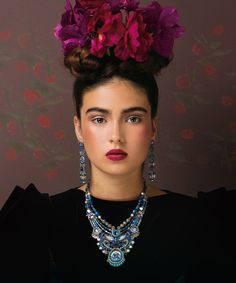 La colección mezcla elementos naturales, perlas de vidrio, cristales de Swarovski, piedras minerales, metales variados para crear un rico mosaico, piezas de edición limitada